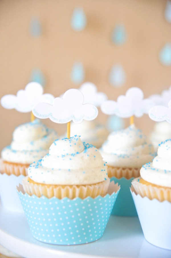 April Showers Bring May Flowers Baby Shower - Cloud Cupcakes via Dicas pra Mamae | http://www.roseclearfield.com