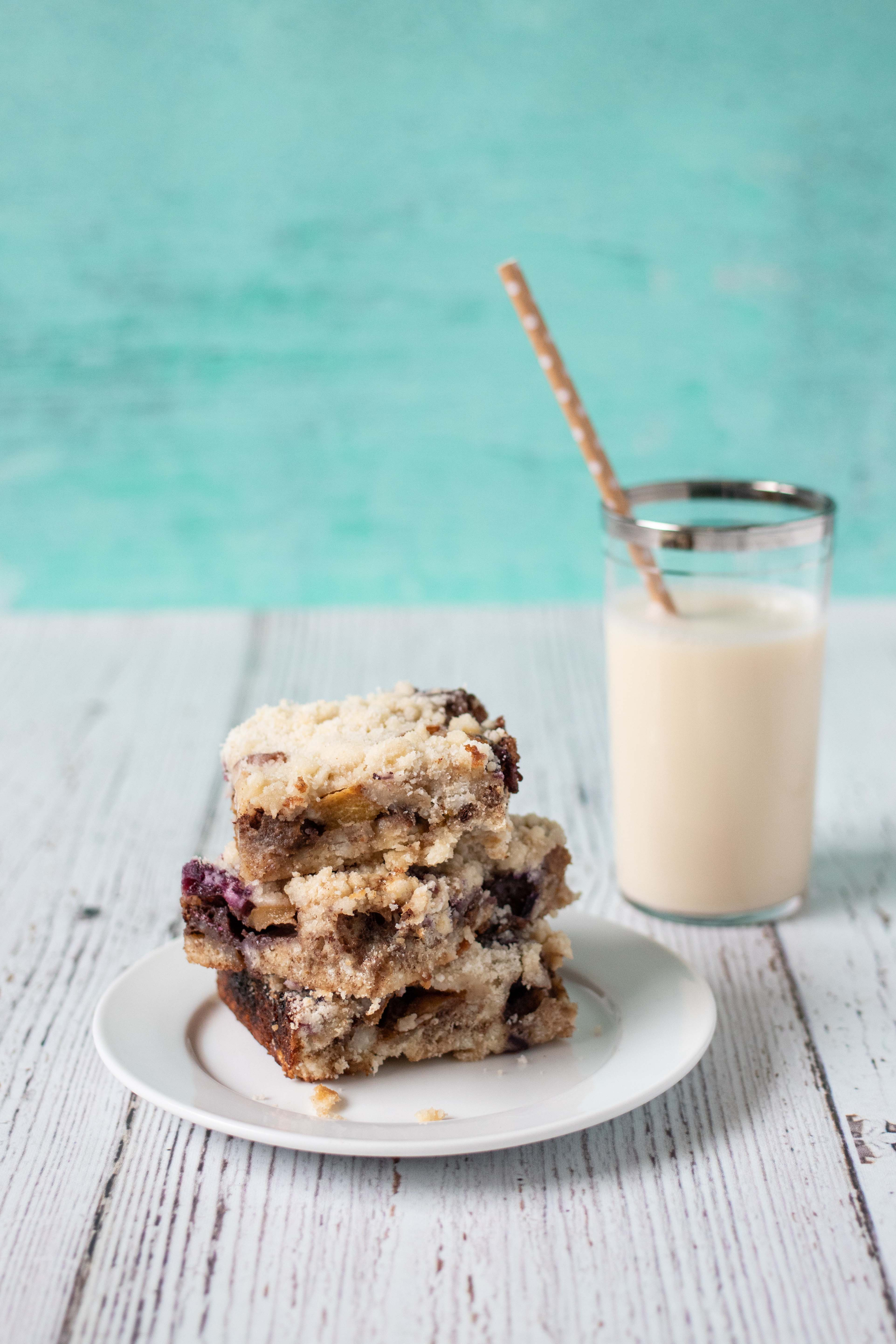 Blueberry Peach Cobbler Bars from The Pretty Dish | http://www.roseclearfield.com