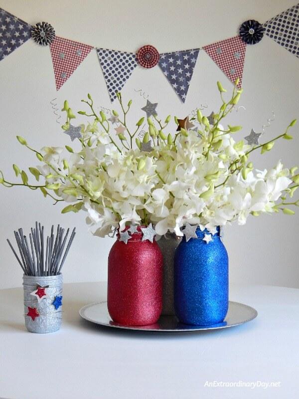 4th of July Mason Jar Decor - Sparkly 4th of July Mason Jars via An Extraordinary Day | https://www.roseclearfield.com