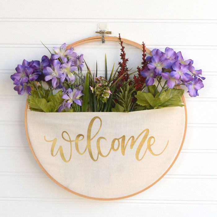 Spring embroidery hoop wreath decor: a simple no-sew tutorial for a DIY embroidery hoop pocket wreath. Love it for spring! via Orange Bettie #pocketwreath #floral #spring | https://www.roseclearfield.com