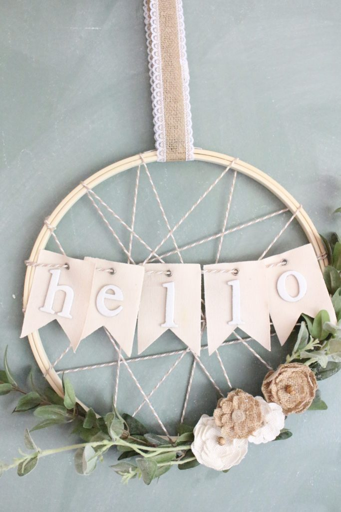 Spring embroidery hoop wreath decor: a DIY farmhouse wreath with the sweetest little flowers via My Life From Home. #spring #homedecor #farmhousedecor | https://www.roseclearfield.com