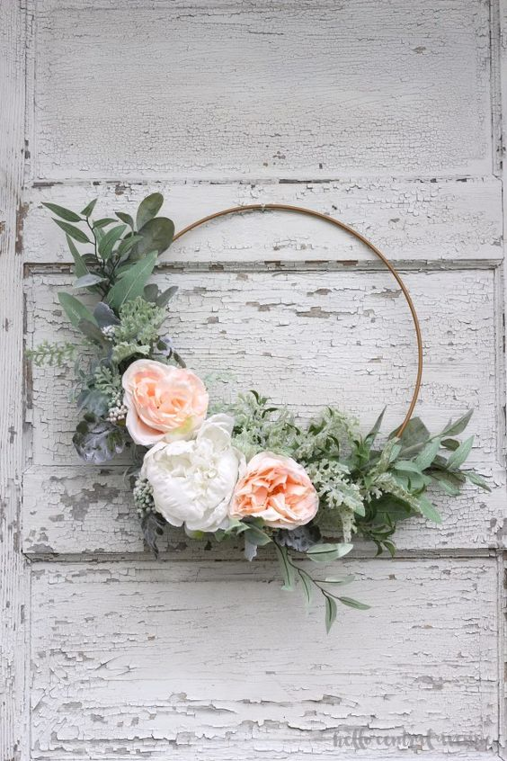 Spring embroidery hoop wreath decor: an easy DIY spring embroidery hoop floral wreath via Hello Central Avenue | https://www.roseclearfield.com