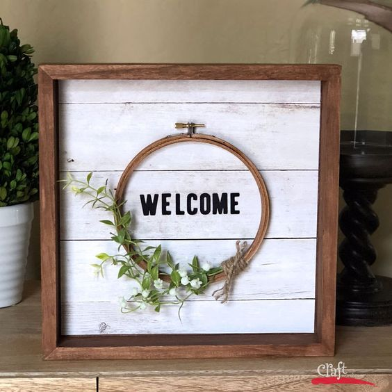 Spring embroidery hoop wreath decor: create a lovely welcome sign for your entryway or living room for the spring season via Craft Warehouse. #spring #welcomesign #floral | https://www.roseclearfield.com