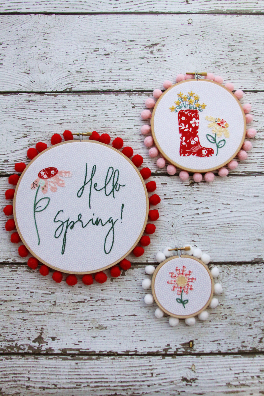 Spring embroidery hoop wreath decor: adorable floral spring stitched embroidery hoop set via Flamingo Toes #spring #embroideryhoops #homedecor | https://www.roseclearfield.com