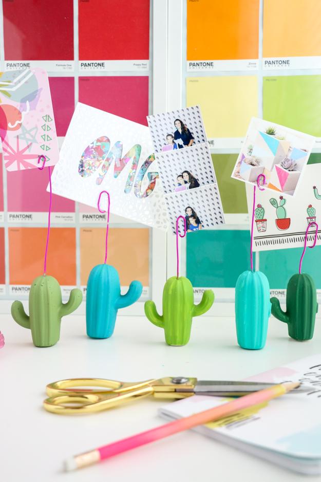 DIY easy cactus photo holder via A Kailo Chic Life. Such a funky home decor piece! #photoholder #cactus #DIY | https://www.roseclearfield.com