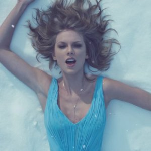 Pose Taylor Swift Out Woods Music Video Klip
