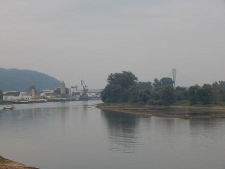 Deggendorfer Hafen mit der Autobahnbrücke