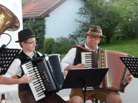 """Akkordeonspieler Albert """"Abb"""" Jahrstorfer mit Ersatzmann Christian Winogradow"""