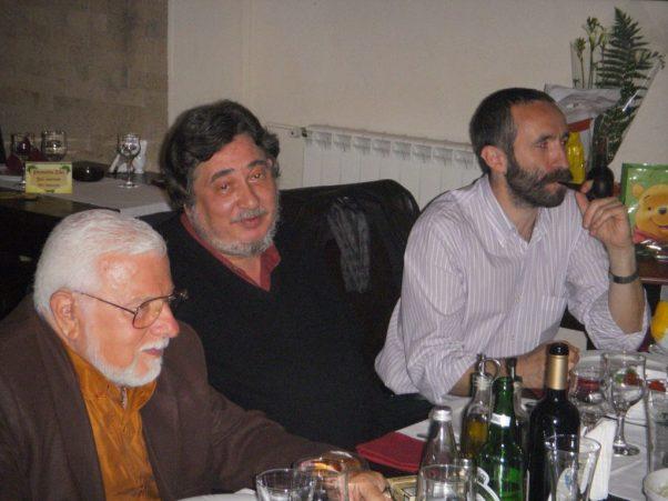 Sărbătorindu-l pe poetul şi fostul deţinut politic Demostene Andronescu,cu V. J. Iamandi şi Lucian D. Popescu. Bucureşti, 4 dec. 2010.