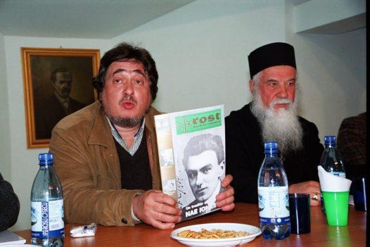 Razvan Codrescu si Pr. Gheorghe Calciu prezentind revista Rost. Iasi 2003