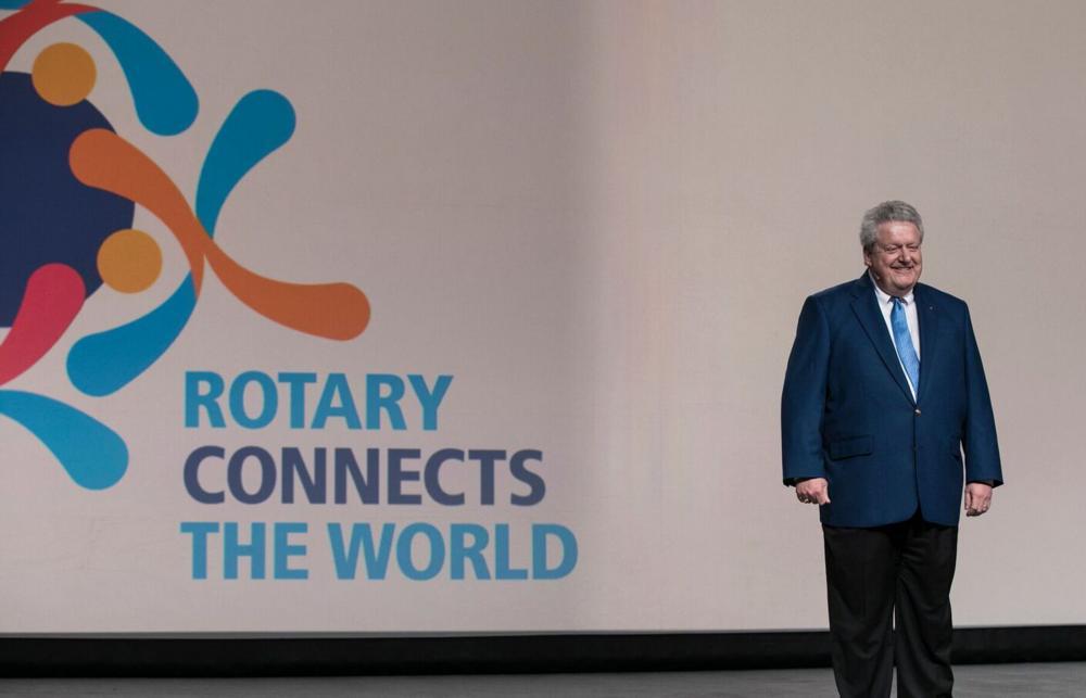 Marc Maloney, presidente electo de RI anuncia el lema presidencial 2019-2020, Rotary conecta el mundo, ante los gobernadores electos participantes en la Asamblea Internacional de San Diego, California (EE.UU.).