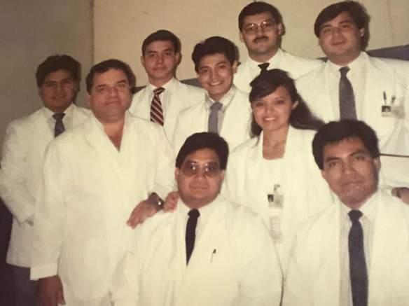 Dra. Ana Elena Chevez con sus compañeros de generación de la escuela de medicina en El Salvador. durante su carrera, la Dra. Ana ha contribuído inmensamente a la erradicación de la polio y a la salud pública. Fotografía de: Dra. Ana Elena Chevez.