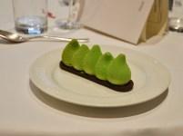 Dessert al cioccolato bianco, pistacchio e amarena