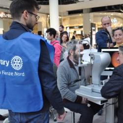 Un controllo alla vista durante la giornata 2019 promossa dal Rotary Club Firenze Nord