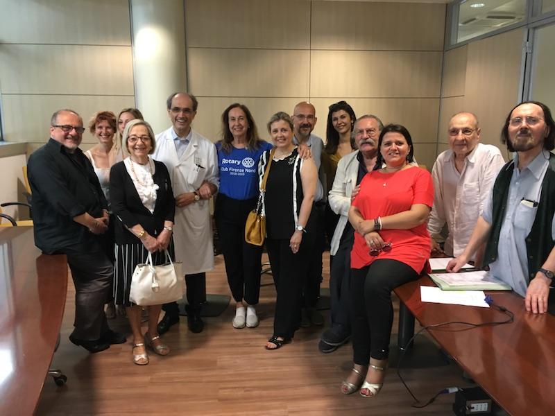 Un gruppo di artisti e ospiti durante la presentazione dell'iniziativa a Careggi
