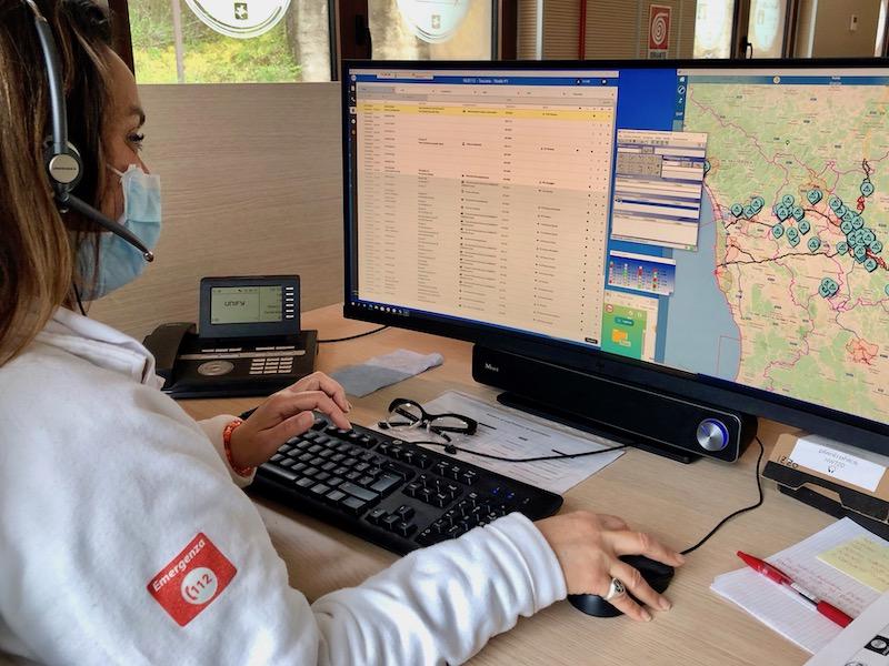 Un'operatrice della Centrale Unica di Risposta del NUE 112 in Toscana
