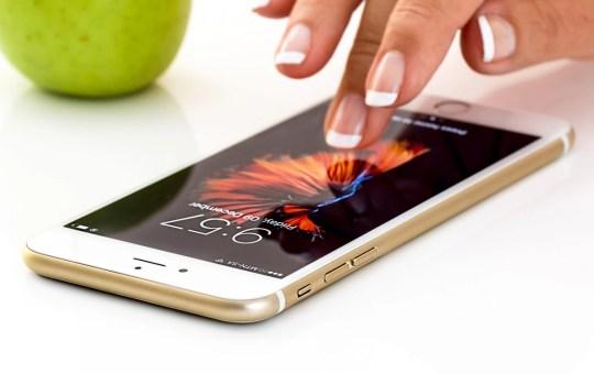 touch sullo schermo di uno smartphone