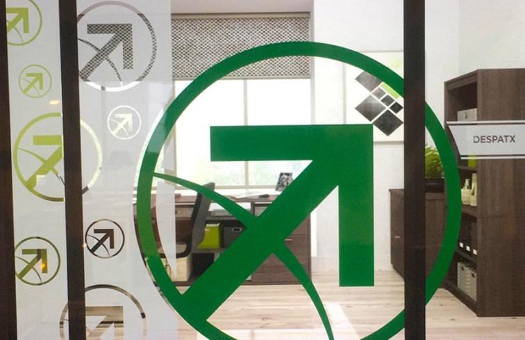 vinilo verde y glaseado combinado con logo corporativo de la empresa balista