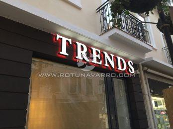 Letrero Trends con luz LED Rojo - Tienda ropa Gibraltar