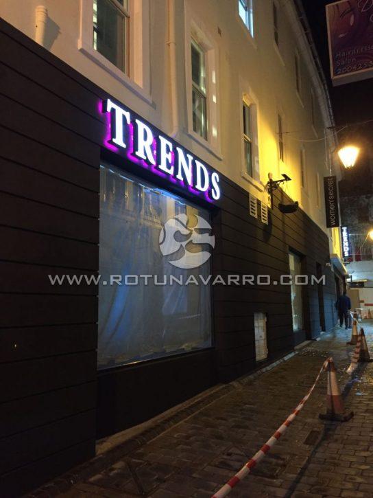Letrero Trends con luz LED purpura - Tienda ropa Gibraltar