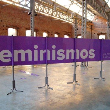 Montaje Exposición Feminismos: ¿Te atreves a descubrirlos?