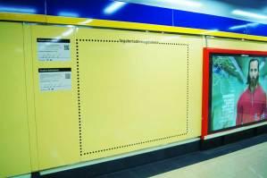 Instalación de vinilos en diferentes estaciones del metro de Madrid, delimitando con rayas de vinilo el espacio y haciendo las cartelas de los artistas de las acciones artísticas de #RegalosSuburbanos organizadas por la Galería de Magdalena y Madrid Street Art Project