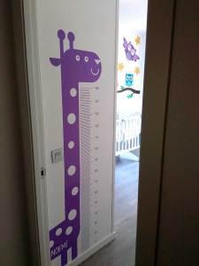 Vinilo personalizado que hemos hecho para la habitación de un bebé, con una jirafa y metro para medir como crece la criatura.
