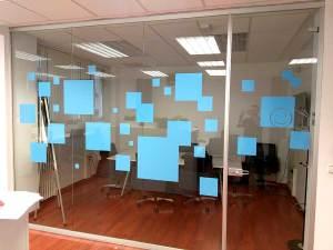 Rotulación de oficinas con vinilo de corte para cristaleras y vinilo de impresión para paredes.
