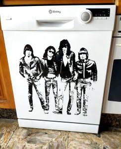 Lavavajillas decorado con un vinilo con los componentes de los Ramones.