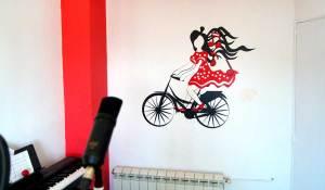 Vinilo personalizado decorando una pared