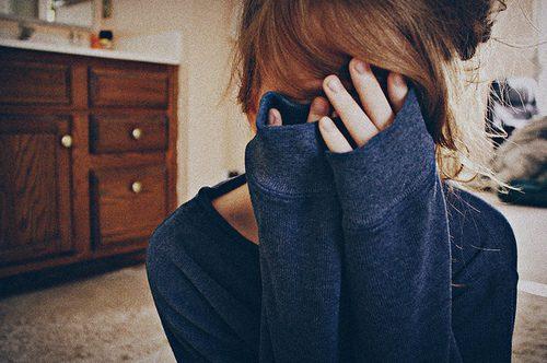 Source : http://degrassi.wikia.com/wiki/File:Girl-hide-love-scared-Favim_com-136677.jpg