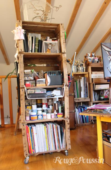 Une armoire de rangement avec des caisses en bois