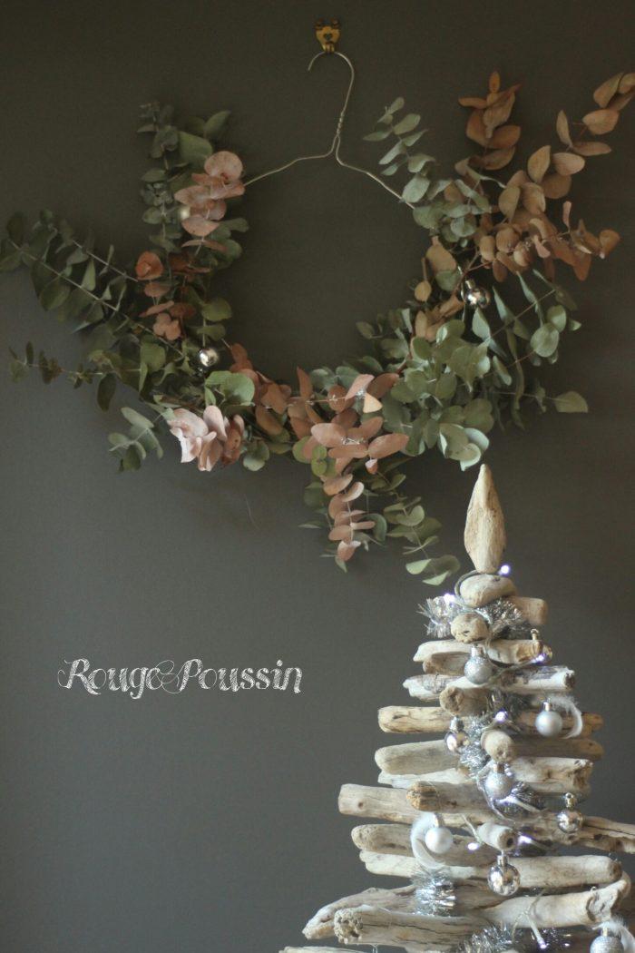 Couronne de noël fait maison avec des branches d'eucalyptus