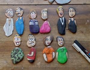 Des personnages peints sur des cailloux