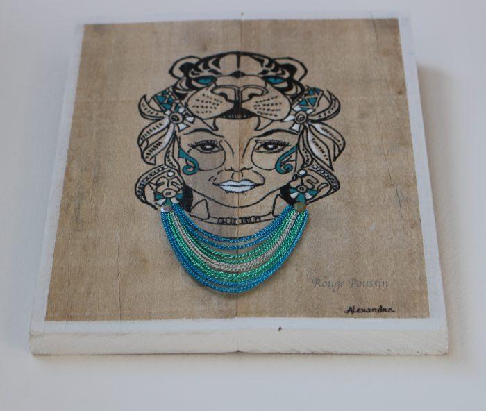 Dessin style tatouage et collier sur cadre en bois