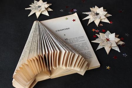 Des feuilles de vieux livres pliés pour les transformer en sapin de noël