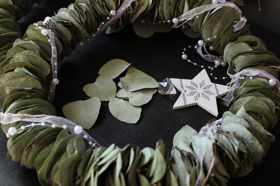 Zoom sur la couronne de feuilles d'eucalyptus
