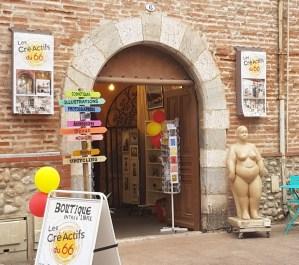 """Entrée de la boutique de créateurs : """"Les Cré Actifs du 66"""", située place Gambetta à Perpignan à côté de la cathédrale Saint Jean"""