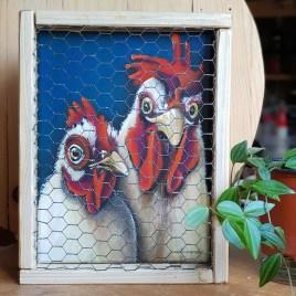 Peinture à l'acrylique représentant le portrait d'une poule et d'un coq enfermés dans une cage qui projettent de s'enfuir par un petit trou de grillage abîmé.