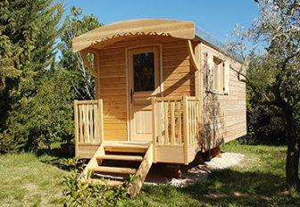 Roulotte chambre bois naturel dans jardin