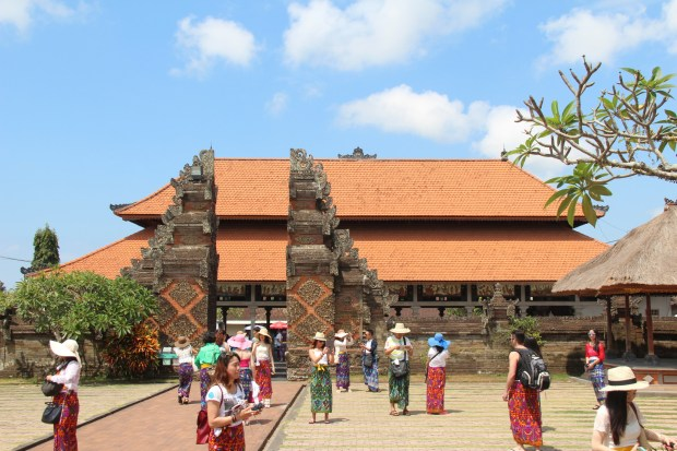 Drive in Central Bali: temple visitors dressed in sarongs