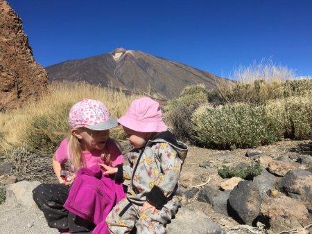 Girls on Roques de Garcia trail