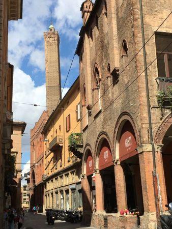 Torre degli Asinelli from Piazza della Mercanzia