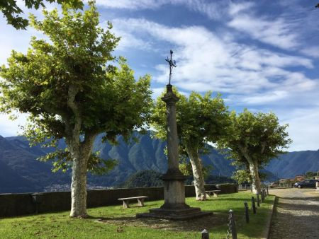 Greenway del Lago di Como church yard view