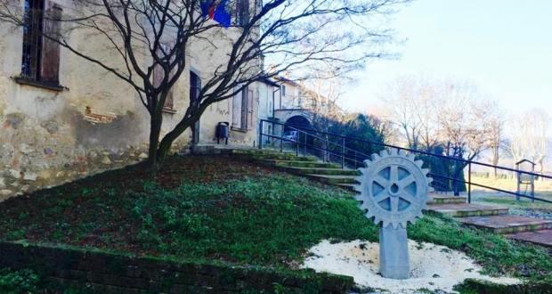La rotella del Rotary di fronte alla ex biblioteca