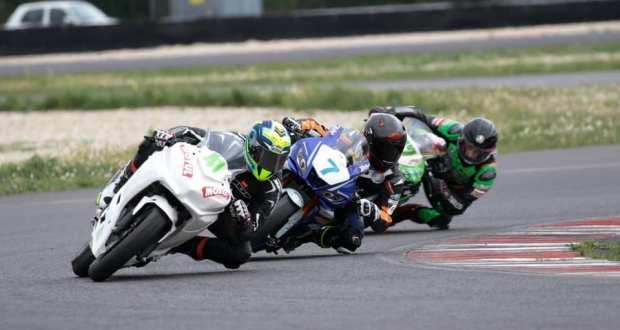 Manuel Rocca in gara con la sua moto Yamaha, foto da ufficio stampa
