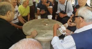Nonni giocano a carte, foto generica