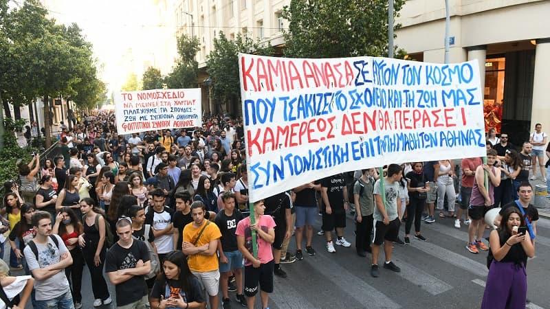 Έξω από τη Βουλή η δυναμική πορεία εκπαιδευτικών, μαθητών και φοιτητών