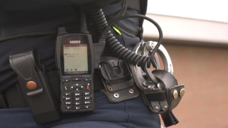 Αστυνομικός νοίκιαζε υπηρεσιακό ασύρματο σε διαρρήκτες
