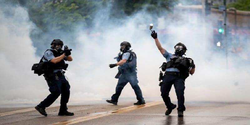 Αστυνομικός πάτησε στο λαιμό μέχρι θανάτου άοπλο αφροαμερικανό